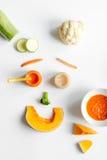 Варить vegetable пюре для младенца на белом взгляд сверху предпосылки Стоковые Изображения RF