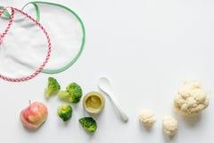 Варить vegetable пюре для младенца на белом взгляд сверху предпосылки Стоковое Фото