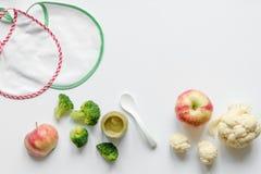 Варить vegetable пюре для младенца на белом взгляд сверху предпосылки Стоковое Изображение