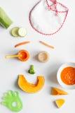 Варить vegetable пюре для младенца на белом взгляд сверху предпосылки Стоковая Фотография