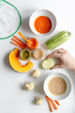 Варить vegetable пюре для младенца на белом взгляд сверху предпосылки Стоковая Фотография RF