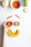 Варить vegetable пюре для младенца на белом взгляд сверху предпосылки Стоковые Изображения