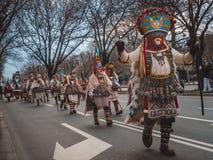 Варна, Болгария, 26-ое марта 2016: Болгарин Kukeri делая их ритуальный танец во время ежегодной масленицы весны Стоковое Изображение