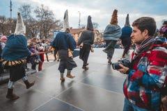 Варна, Болгария, 26-ое марта 2016: Черные люди Kukeri делая их ритуальный танец на ежегодной масленице весны Варны Стоковое Изображение