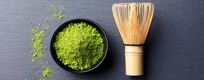 Варочный процесс зеленого чая Matcha в шаре с бамбуком юркнет шифер предпосылки черный скопируйте космос Взгляд сверху Стоковое Изображение