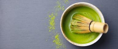 Варочный процесс зеленого чая Matcha в шаре с бамбуком юркнет шифер предпосылки черный Взгляд сверху стоковые фотографии rf