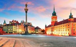 Варшава, королевский замок и старый городок на заходе солнца, Польша стоковые фото