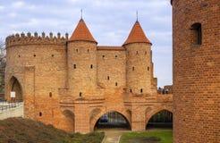 Варшава, Польша - барбакан - полукруглый укрепленный аванпост столетия XVI со стенами обороны и городищами  стоковая фотография