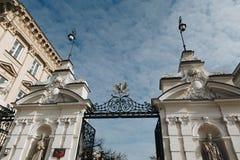 ВАРШАВА, ПОЛЬША - март 2018 - вход к университету Варшавы, Польши стоковое фото