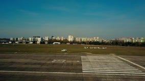 ВАРШАВА, ПОЛЬША - 1-ОЕ АПРЕЛЯ 2017 Воздушная съемка малого самолета пропеллера ездя на такси на местном авиапорте Стоковые Фотографии RF