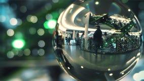 ВАРШАВА, ПОЛЬША - 11-ОЕ ДЕКАБРЯ 2017 Клиенты идут в современным торговый центр украшенный рождеством, взгляд через стекло Стоковые Изображения RF