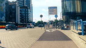 ВАРШАВА, ПОЛЬША - 11-ОЕ ИЮЛЯ 2017 Задействовать вдоль городского пути велосипеда в центре города Стоковое Изображение
