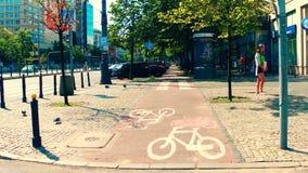 ВАРШАВА, ПОЛЬША - 11-ОЕ ИЮЛЯ 2017 Задействовать вдоль городской дороги велосипеда Стоковые Фото