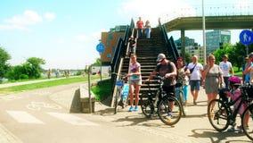 ВАРШАВА, ПОЛЬША - 11-ОЕ ИЮЛЯ 2017 Люди задействуя вдоль дороги велосипеда города Стоковые Фото