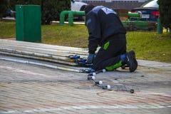 Варшава, Польша, 10-ое марта 2019: Человек демонтирует оборудование освещ стоковые фотографии rf