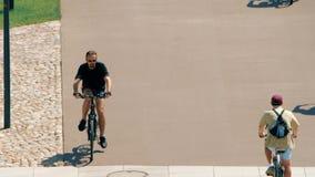 ВАРШАВА, ПОЛЬША - 31-ОЕ МАЯ 2018 детеныши riding человека bike видеоматериал