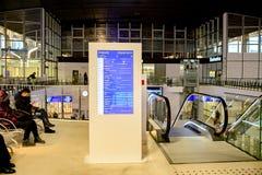 Варшава, Польша - 29-ое ноября 2016: Стержень информации на железнодорожном вокзале стоковое фото