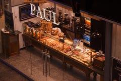 ВАРШАВА, ПОЛЬША - 17-ОЕ СЕНТЯБРЯ 2017: Backery Пол печенья традиционное francian на центральном железнодорожном вокзале Стоковая Фотография RF