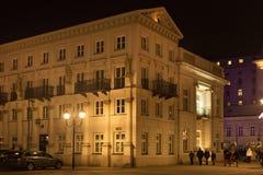 ВАРШАВА, ПОЛЬША - 2-ОЕ ЯНВАРЯ 2016: Вид сбокуый ночи президентского дворца в Варшаве Стоковые Фото