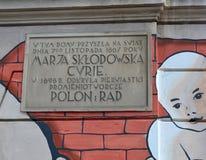 Варшава, Польша Мемориальная доска на доме в котором Sklodovskaya-Кюри Марии было рождено стоковое изображение