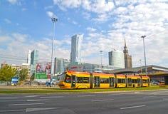 Варшава, Польша Трамвай идет вниз с улицы бульвары Иерусалима около Sredmestye Стоковые Фото