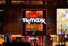 ВАРШАВА, PL - 3-ЬЕ ДЕКАБРЯ 2015: Знак для t K Магазин розничной торговли MAXX около Ковент Гардена в Варшаве, 3-его декабря 2015 Стоковые Фото