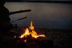 Варящ барбекю на огне на открытом воздухе стоковое фото rf