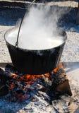 Варящ большой бак над огнем outdoors Стоковое Фото