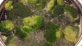 Варящ брокколи (в баке) видеоматериал