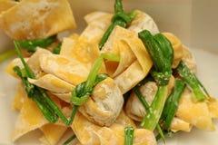 Варящ еду сумки золота мимо примите китайским свинину листа семенить обручем шалотом Стоковые Фотографии RF