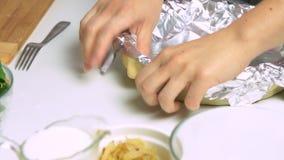 Варящ и вводящ получение в моду еды киша сток-видео