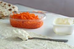 Варящ крен хлеба pitta, морковь, яичка лежит Стоковые Изображения RF
