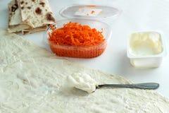 Варящ крен хлеба pitta, морковь, яичка лежит Стоковые Фотографии RF
