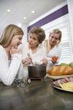 варящ кухню поколения семьи пообедайте 3 Стоковое фото RF