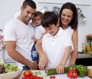 варящ милую кухню семьи совместно стоковое изображение