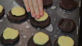 Варящ домодельные печенья, коричневейте тесто видеоматериал