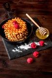 Варящ праздник позавтракайте с вафлей на деревянной предпосылке Стоковые Изображения