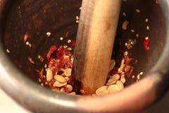 Варящ, пряный кислый салат огурца в motar Стоковая Фотография RF