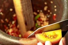 Варящ, пряный кислый салат огурца в motar Стоковое Изображение