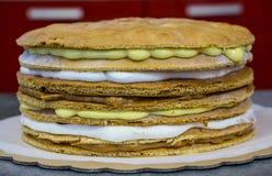 Варящ торт со сливками, 2 типа сливк белого и желтого стоковая фотография