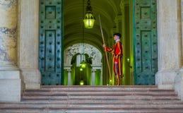ВАТИКАН, ИТАЛИЯ - 13-ОЕ ИЮНЯ 2015: Известный швейцарский предохранитель на церков Ватикана Папский предохранитель стоя на двери м Стоковые Изображения
