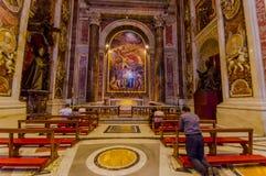 ВАТИКАН, ИТАЛИЯ - 13-ОЕ ИЮНЯ 2015: Усыпальница Иоанна Павла базилики Ватикана внутренности во-вторых, людей принимает время помол Стоковое Изображение