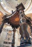 ВАТИКАН - 19-ОЕ АПРЕЛЯ 2010: Интерьер папской базилики St Peter Стоковые Изображения RF