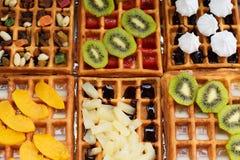 Вафли с различными завалками кивиа, гайками, ананасом, персиком, смешиванием приносить стоковое фото