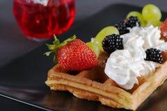Вафли с ягодами и сливк на плите Стоковая Фотография RF