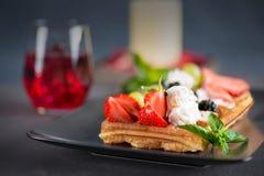 Вафли с ягодами и сливк на плите Стоковые Изображения RF