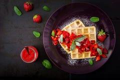 Вафли Бельгии с клубниками и сиропом на плите Стоковое Изображение RF
