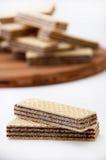 2 вафли шоколада в фокусе и пуке вафель шоколада внутри Стоковая Фотография