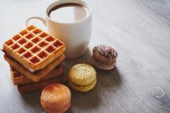 Вафли, macaroons и какао Стоковые Фотографии RF