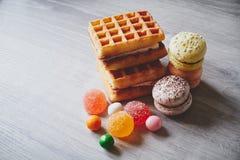 Вафли, macaroons, какао и красочные конфеты Стоковая Фотография RF